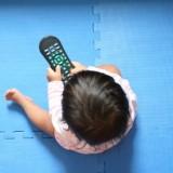 Zabawa z opiekunem czy spacer powinny być dla malucha ciekawsze od telewizji.