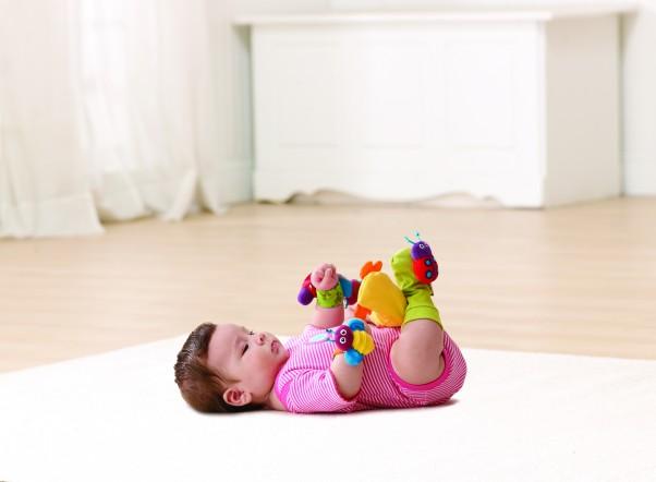 Zabawa stopami, ulubiona w wieku 5-6 miesięcy. A co się dzieje, gdy na stopy założymy kolorowe cudeńka? Zestawy grzechotek na nóżki i rączki, Lamaze