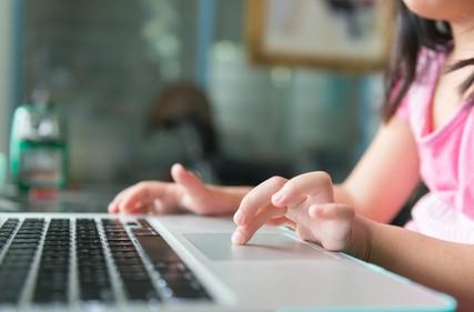Rolą dorosłych powinno być pokazanie, jak korzystać z internetu oraz chronienie przed niewłaściwymi treściami. Rodzic powinien wprowadzić dziecko zarówno w realny jak i wirtualny świat i wyjaśnić do czego służy internet.