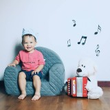 Naukowcy udowodnili, że doświadczenia muzyczne, przede wszystkim nauka gry na instrumentach, wpływają na rozwój struktur mózgowych, które odpowiadają również za pamięć werbalną.