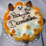 Ktoś na ogół musi pomóc rocznemu jubilatowi zdmuchnąć świeczkę z tortu.