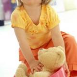 Zabawa z misiem może pomóc dziecku w treningu czystości.