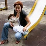 Ludzie na ogół reagują przyjaźnie, kiedy widzą maluszka wtulonego w pierś matki.