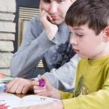 Dzieci z trudnościami w nauce czytania i pisania powinny uczestniczyć w zajęciach korekcyjnych, zwanych również terapią pedagogiczną.