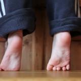 Chodzenie na palcach jest jednym z ćwiczeń pomagających prawidłowo wysklepić stopę.