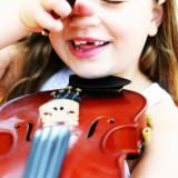 Naukę gry na skrzypcach i fortepianie dziecko powinno zacząć wcześnie - w wieku 6 lub 7 lat.