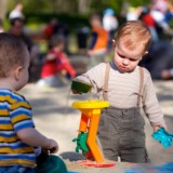 Rodzice powinni domagać się od samorządów, spółdzielni i wspólnot mieszkaniowych, by zadbały o czystość piasku.