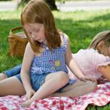 Przed piknikiem z dzieckiem pamiętaj o środkach przeciw owadom. Ich ugryzienia mogą być niebezpieczne