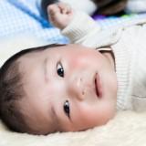 Suchość i świąd skóry charakterystyczne dla atopowego zapalenia skóry, u niemowlaków występują głównie na twarzy, ramionach i przedramionach.