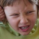 Zwłaszcza po zajęciach na basenie dzieci skarżą się, że mają zatkane ucho. Nawet wtedy nie wolno grzebać dziecku w uchu!