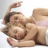 Nierzadko rodzice zatrzymują dziecko w swojej sypialni, bo to oni tego potrzebują.