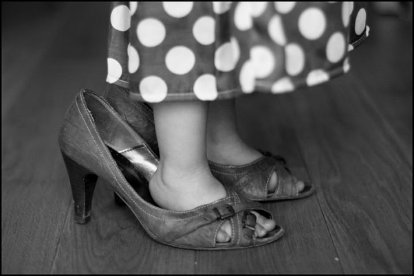 lubię chodzić w butach mamy,\nobie stroić się kochamy,\nmimo, że malutkie stópki mam,\nchętnie w obcasach się przechadzam :)