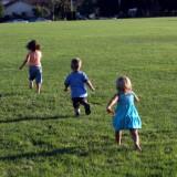 Jeśli dziecko za nic w świecie nie chce chodzić boso po piasku, po trawie, trudno je namówić na zabawę na dywanie, może mieć problem z integracją sensoryczną.