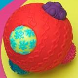 Przykład zabawki wręcz idealnej –  Ballyhoo Balls. Tę piłkę można toczyć jak każdą inną. Ale dzięki temu, że ma zróżnicowaną fakturę, sam dotyk dostarcza dziecku bodźców.