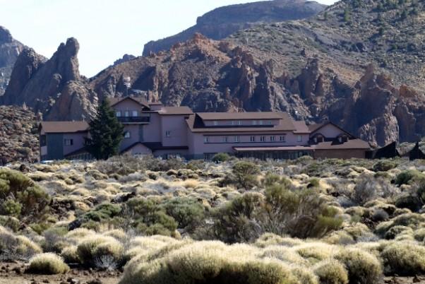 Hotel Cañadas del Teide położony jest na wysokości 200 metrów n.p.m. Stąd nie tylko widać piękny krajobraz. Można też podziwiać niebo dzięki wyposażeniu hotelu w dwa teleskopy.