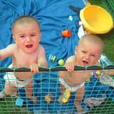 Przy bliźniakach i dzieciach z niewielką różnicą wieku są momenty, kiedy przydałaby się trzecia ręka.