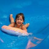O infekcje łatwo na basenie. Dzieci z obniżoną odpornością są bardziej narażone na zainfekowanie okolic intymnych. Dlatego lepiej nie zabierać na basen dzieci chorych lub zaraz po chorobie.