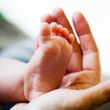 Jeśli jest ciepło, niemowlę może mieć gołe stópki.