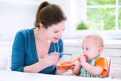 Rozszerzanie diety niemowlęcia rozpocząć od podania przecieru jarzynowego, np. marchewki czy dyni.