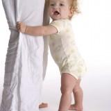 Dziesięciomiesięczny maluch na ogół potrafi stać, choć czasem wymaga podpórki