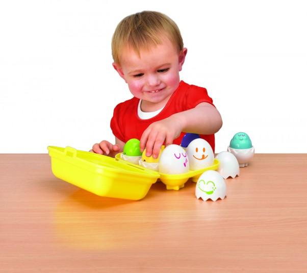 Mali odkrywcy lubią odkrycia. Zabawki, które można wsadzać do pudełka, to hit po pierwszych urodzinach. Jajeczka z dźwiękami, TOMY