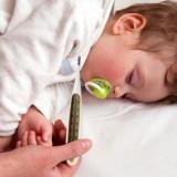 Czasami, aby zbić wysoką gorączkę, trzeba sięgnąć po więcej niż jeden lek przeciwgorączkowy. Ważne, by dwa leki stosować ściśle według wskazówek