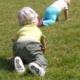 Zwykle dzieci zaczynają raczkować w dziewiątym miesiącu.