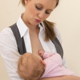 Kodeks pracy gwarantuje mamie przerwy na karmienie, które wliczają się do czasu pracy.