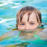 Trzeba obserwować dziecko bawiące się w wodzie - szybka reakcja po ewentualnym podtopieniu minimalizuje ryzyko wtórnego utonięcia