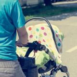 """W upalny dzień podniesiona w wózku budka, dodatkowo nakryta pieluszką, to """"termos"""" w którym dziecko może łatwo dostać udaru cieplnego"""