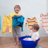 Gdy pozwalamy dziecku, by było małym pomocnikiem, budujemy jego pewność siebie.