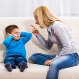 Dorośli pokazują dziecku, jak należy radzić sobie z emocjami, jak je wyrażać, w którym momencie, jakich słów używać, gdy jesteśmy zdenerwowani.