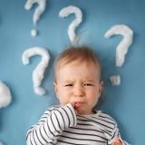 Niemowlę może płakać z różnych przyczyn. Zdarza się, że powodem złego nastroju jest przepełniona pieluszka, głód, znudzenie albo potrzeba bliskości z rodzicami.