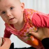 Unoszenie dziecka ponad swoją głowę to dobre ćwiczenie dla mięśni ramion i pleców.