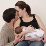 Młodzi rodzice powinni pamiętać o przytulaniu, całowaniu, okazywaniu czułości i bliskości, podziękowaniu za pomoc oraz o organizowaniu wspólnego czasu.