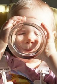 Woda powinna być podstawowym napojem w diecie dziecka.