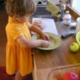 Jeśli dziecko przejawia zainteresowanie pracami domowymi, zachęcaj je do nich, żebyście robili coś wspólnie.