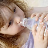 Picia wody warto uczyć od najmłodszych lat.
