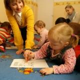 Lekcja dla najmłodszych dzieci metodą Helen Doron w szkole językowej przy ulicy Łojewskiej w Warszawie