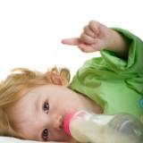 Gdy dziecko je słodkie pokarmy przez smoczek, pożywienie długo pozostaje w buzi dziecka, co psuje zęby.