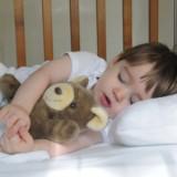 Dwuletnie dzieci potrzebują 13 godzin snu.