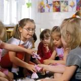 Przedszkole to życiowy poligon pierwszych zachowań społecznych, w tym okresie bardzo silnie rozwija się inteligencja emocjonalna.