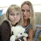 Siedmioletnia Oliwia cierpi na mukowiscydozę. Kilka razy dziennie przechodzi inhalację, a potem drenaż oskrzeli