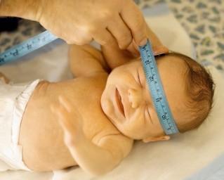 Jednocentymetrowy miesięczny przyrost głowy u dziecka z donoszonej ciąży i dwucentymetrowy u wcześniaków to norma.