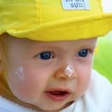 Dzieci nie wolno opalać, te najmłodsze w ogóle nie powinny przebywać w pełnym słońcu