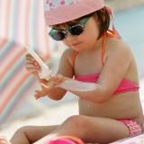 Promieniowanie UV wpływa niekorzystnie na skórę nie tylko w słońcu, ale także w cieniu, dlatego należy używać kremów z filtrem.
