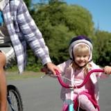 Kask rowerowy powinien chronić również przednią część czaszki. Tylko prawidłowo założony gwarantuje bezpieczeństwo w razie upadku.