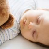 Noworodki i niemowlaki powinny leżeć na płaskim materacyku bez poduszki.