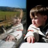 W pociągu dziecko może chodzić lub być noszone, wciąż coś ciekawego może obserwować, no i nie złości je blokada pasów bezpieczeństwa.