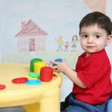 Dziecko, bawiąc się w nowym otoczeniu, oswaja się z nim.